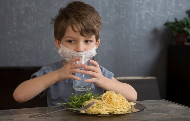 לקראת פתיחת המסעדות: האם בטוח לאכול בחוץ?