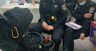 התינוקת עם השוטרים, בתחנה
