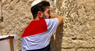 ערב ט' באב: השחקן המפורסם התפלל בכותל