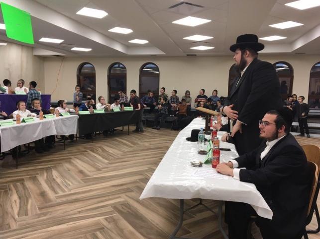 הרב משה קליין משמש כשופט בתחרות איות אנגלית בחיידר חסידי בברוקלין