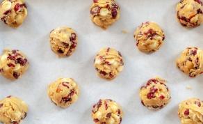 ללא אפייה: מתכון לעוגיות בריאות עם שוקולד לבן וחמוציות