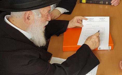 """הגר""""י זילברשטיין עם מכתבו בנושא - חבר המועצת מזהיר מפני השימוש בנפצים"""