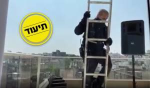 השוטר משתלשל מהסולם לעצור את התפילה