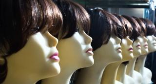 אשה חרדית, אילוסטרציה - הלברטל: הפאות משתלטות על הרחוב הספרדי