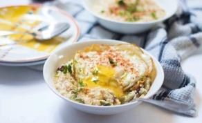 שיבולת שועל מלוחה עם גבינה צהובה וביצת עין - צפו: קערה מחממת ומזינה לבוקר של חורף קר