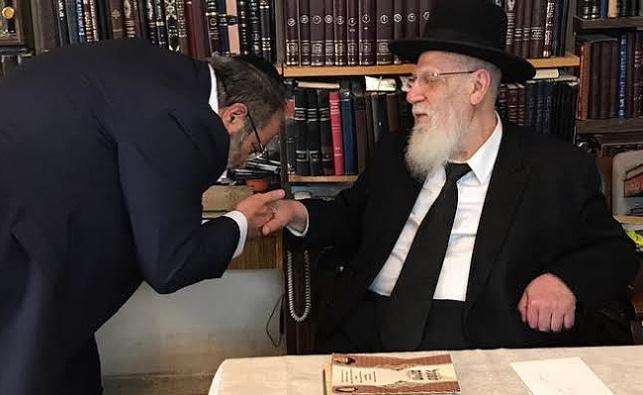 גואטה עם נשיא המועצת חכם שלום כהן. ארכיון