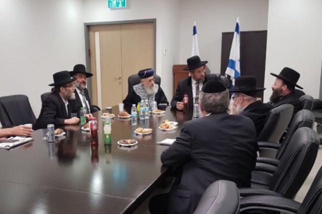 ראשי המפלגות החרדיות לצד הרבנים הראשיים, אמש