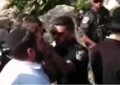 תיעוד האירוע - השוטרים שמו את ידם על פי המתפלל בהר הבית