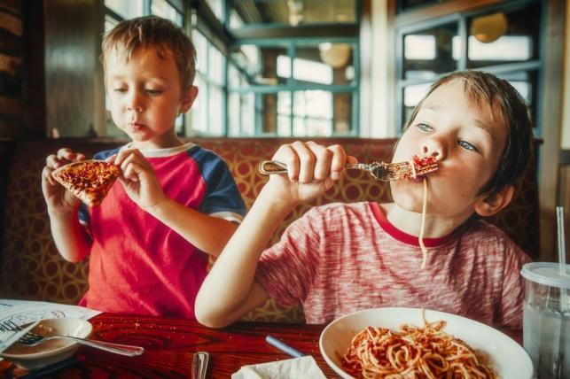 איך תצאו למסעדה עם הילדים שלכם ותשובו הביתה בשלום