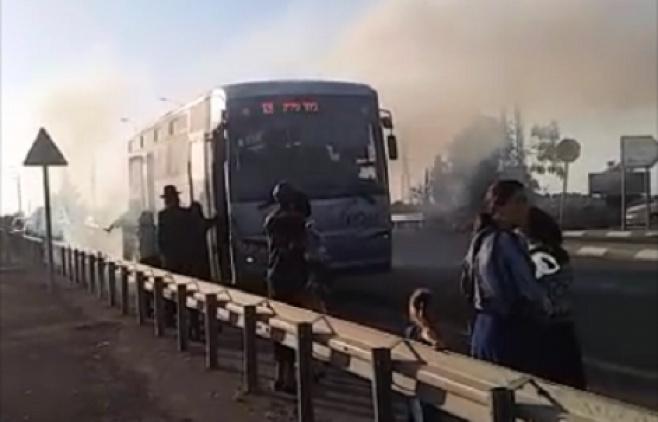 האוטובוס עמוס הנוסעים עלה בלהבות. צפו