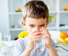 אל תכריחו את עצמכם לשתות הרבה מים