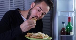 למה קשה לעצור בולמוס של אכילה בלילה?