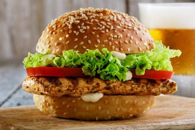 המבורגר חזה עוף במרינדה עסיסית