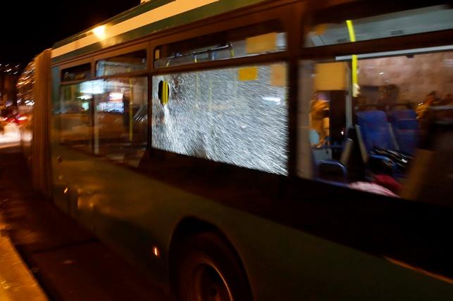 אוטובוס נרגם באבנים סמוך לכותל