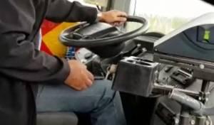 הנהג מתעסק בטלפון