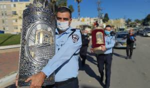 השוטרים איתרו את 7 ספרי התורה הגנובים