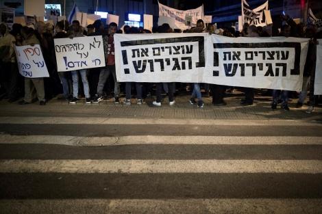 """מפגינים נגד הגירוש - בג""""ץ: הסכם גירוש - או שחרור לכל הפליטים"""