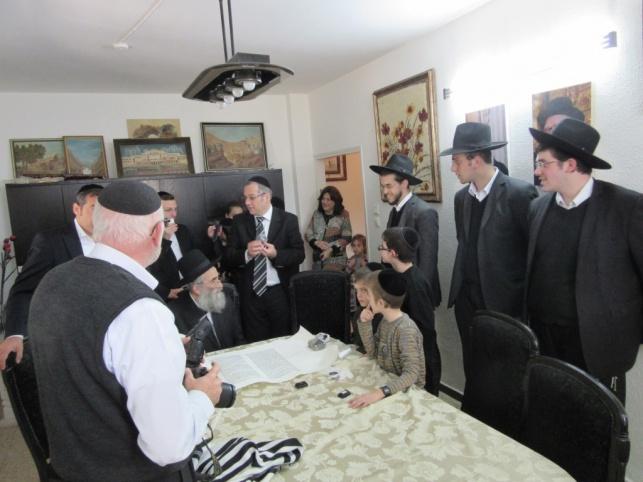 """תיעוד: הרב מרקוביץ כתב אות בס""""ת של המתחזקים"""
