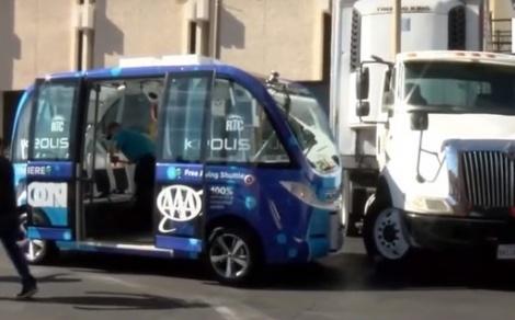 המיניבוס והמשאית - בנסיעה ראשונה: רכב בלי נהג נפגע בתאונה