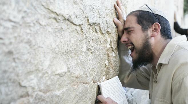 יהודי מתפלל בכותל