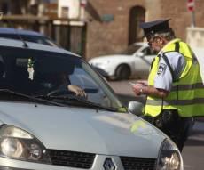 """אילוסטרציה, המצולמים אינם קשורים לכתבה - הרשת הצדיעה: השוטר ויתר לנהג על הדו""""ח"""