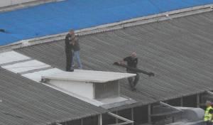 רסיסי רקטה שנפלו על גג קניון באשדוד