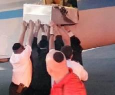 ה'ארון' מוכנס למטוס