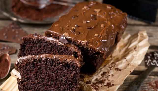 עוגת פאדג' אוורירית בציפוי רוטב שוקולד יפהפה