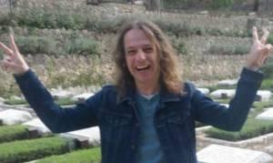 חצרוני מעל קברי חללים בהר הרצל - פייסבוק הסירה את חשבונו של אמיר חצרוני
