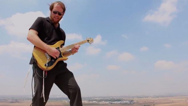 הגיטריסט דודי סתר בקטע אינסטרומנטלי
