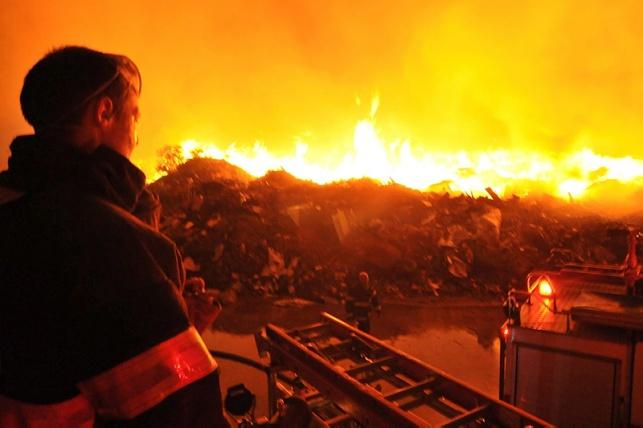 קיסריה: שריפה גדולה כילתה מפעל