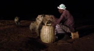 הכירו את האתיופים שמאכילים חיות טורפות