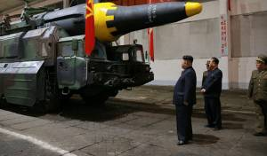 קים ג'ונג און בוחן את אחד הטילים - צפון קוריאה שיגרה טיל שחלף מעל יפן