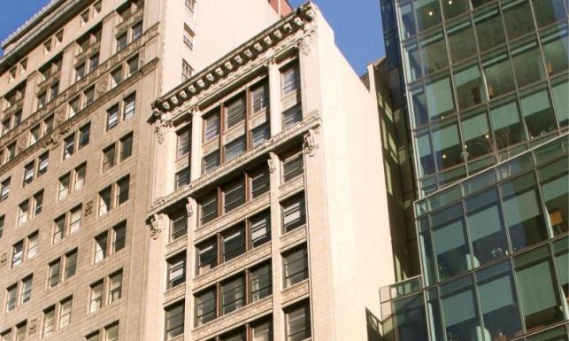 חלקו העליון של הבניין