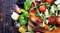 פיצת סלט איטלקית עם גבינה בולגרית