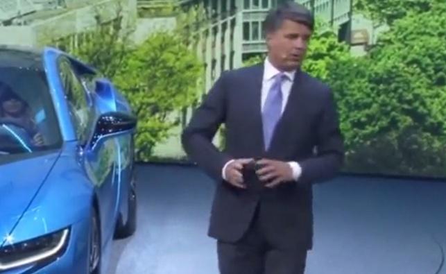 """צפו: מנכ""""ל BMW התמוטט במסיבת עיתונאים"""