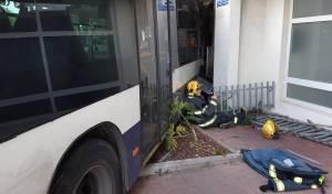 נלכד מתחת לאוטובוס: וחולץ על ידי המכשיר