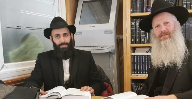 """דניאל והרב יואב רובינסון בישיבת חב""""ד ברמת אביב"""