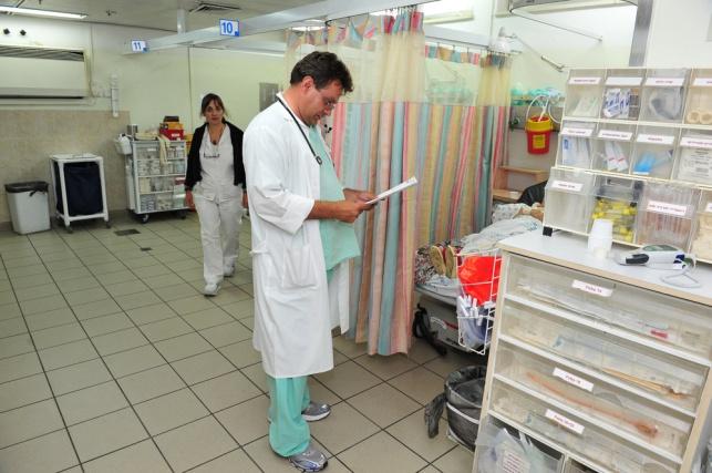 רופאים בבית החולים 'ברזילי'. למצולמים אין קשר לכתבה