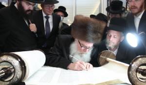 הרבי מוואסלוי בכתיבת אות בספר התורה (צילום: יוסי לוי)