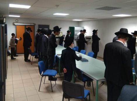 הנופשים החרדים באולם העירייה - ראש העיר הגוי ארגן בית כנסת לנופשים