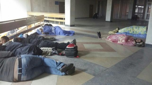 ישנים על הרצפה בשדה התעופה
