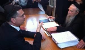 """סער עם ראש הישיבה הגר""""ג אדלשטיין, בביקור בפוניבז', ישיבתו של הרב שך זצ""""ל"""