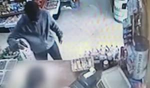 שדד חנות מכולת באמצעות אקדח ונעצר