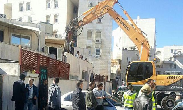 הדחפור הורס את בית הכנסת, הבוקר