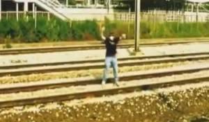 התעלולן נשכב על המסילה, ויצא חי