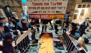 """כיכר השבת: 'מיצג מחאה' על """"רדיפת הדת"""""""
