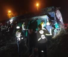 אוטובוס התנגש בתחנה וסטה לצד הכביש: ארבעה הרוגים