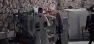 """הגר""""ג אדלשטיין  יוצא מישיבת פוניבז' עטוף בקיטל בסיום תפילת מעריב"""