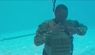 שוחים במדים: צפו באימונים בבריכה